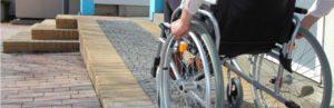 Une personne à mobilité réduite accédant à un ERP aménagé