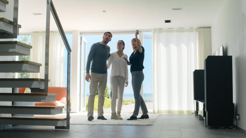Couple lors d'une visite pour achat d'une maison