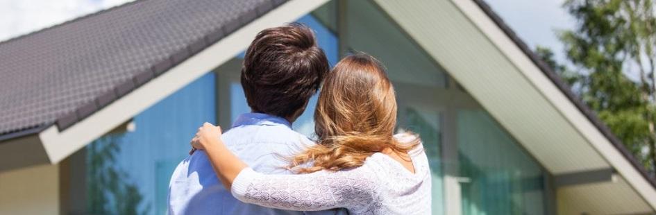 Un couple devant sa nouvelle maison