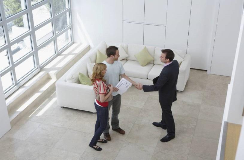 Couple et agent immobilier