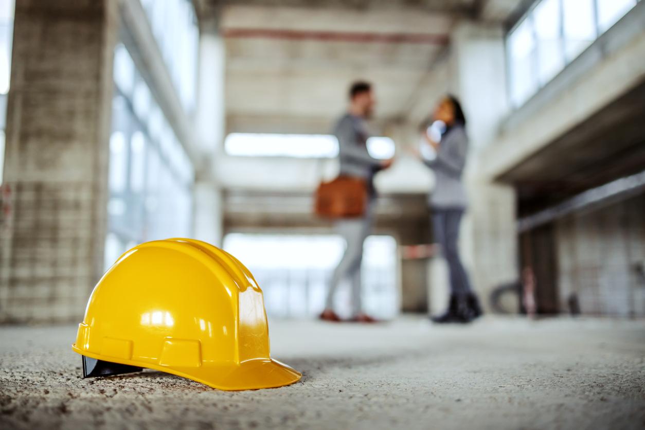 Un casque de sécurité sur un chantier
