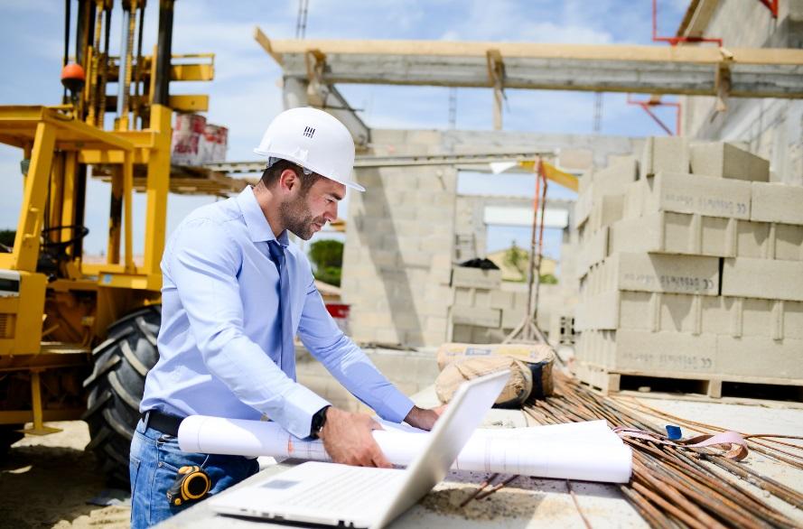 Homme avec plan de construction