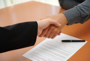 Poignée de main au dessus d'un contrat