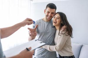 Un couple heureux de son achat immobilier