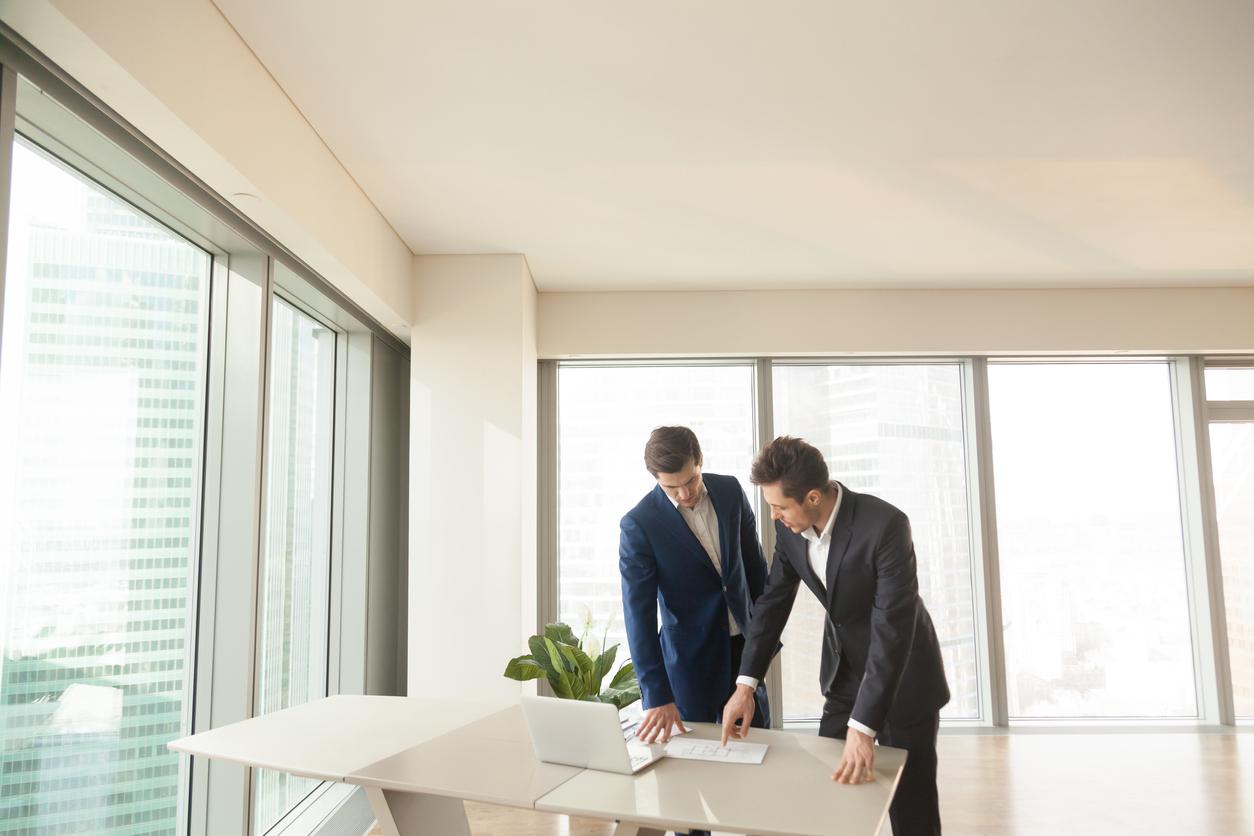 deux agents immobilier dans bureau