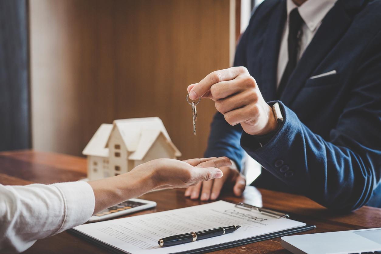 Un professionnel donnant les clefs maison à sa cliente